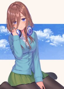 Rating: Safe Score: 31 Tags: 5-toubun_no_hanayome headphones izumo_neru nakano_miku pantyhose seifuku sweater User: Mr_GT